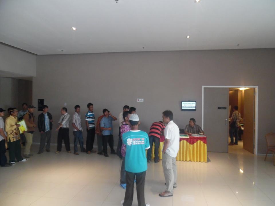 Peserta mengantri di meja registrasi panitia sebelum memasuki ruangan