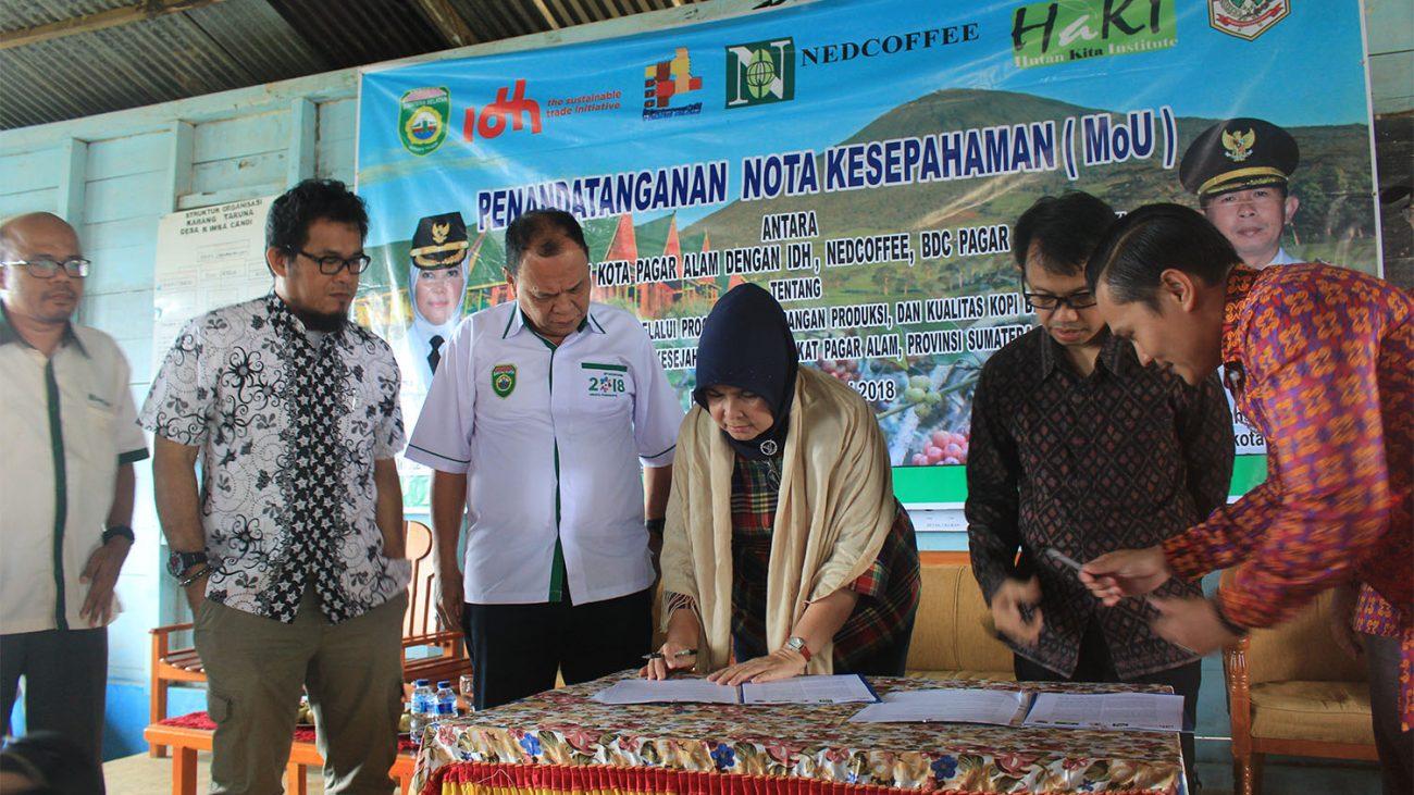 Penandantangan Mou antara Pemerintah kota Pagaralam dengan ketua Yayasan IDH